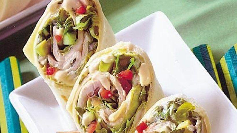 Wraps mit Salat  Zutaten für 4 Portionen:      200 g Weizenmehl Type 550     0,5 TL Meersalz     1 Prise(n) Kreuzkümmel, gemahlen     1 Stk. Chilischote, rot     1 Bund Basilikum (kleines Bund)     8 EL Schmand     4 TL Hefeextrakt Würzpaste     1 EL Zitronensaft     1 Prise(n) Pfeffer     0,5 Stk. Salatgurke     3 Stk. Tomaten     1 Stk. Avocado, reif     100 g Blattsalat, gemischt     100 g Champignons     120 ml Wasser