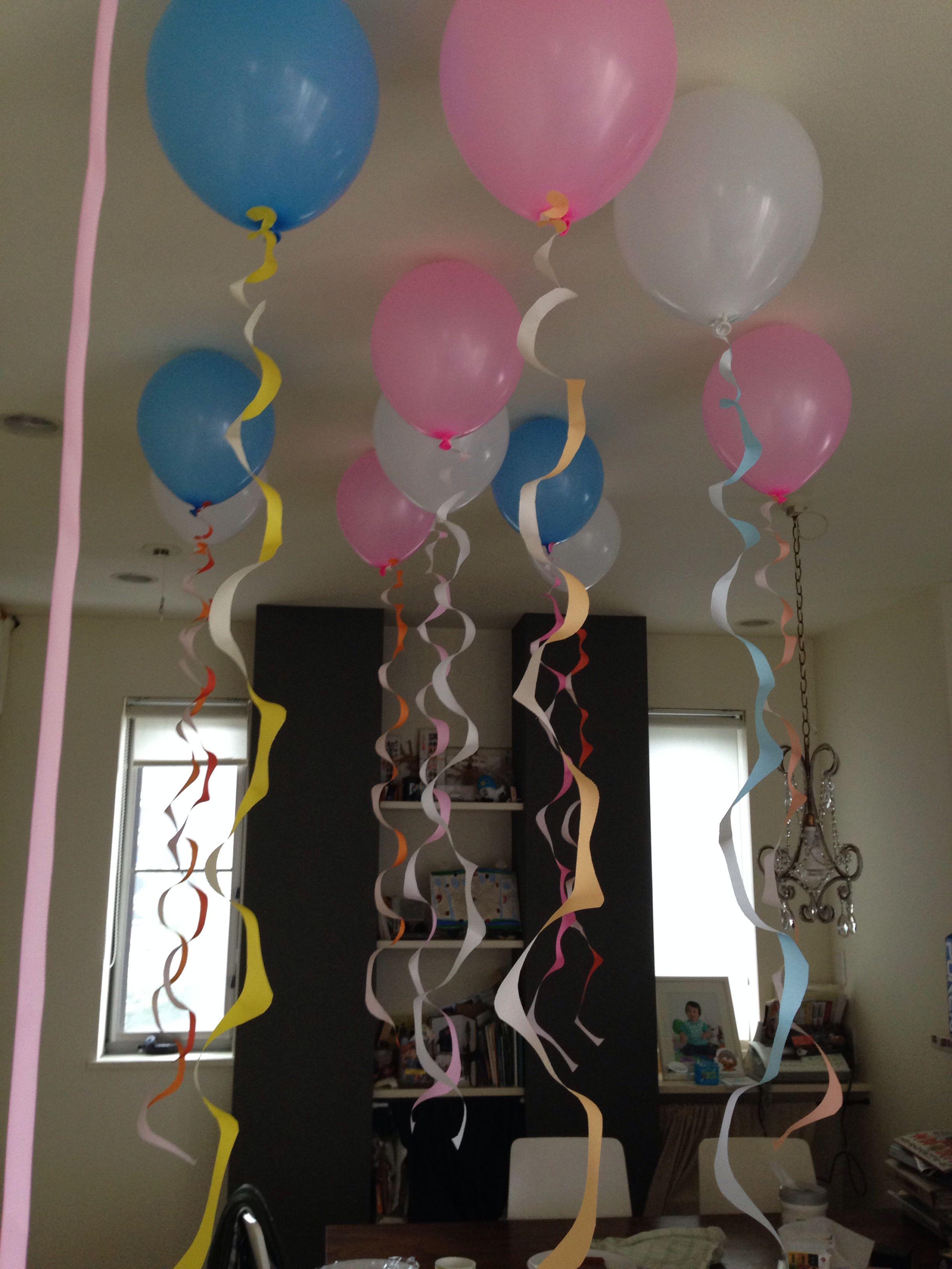 誕生日のデコレーション 天井に風船を貼り付ける 折り紙をベビ型に