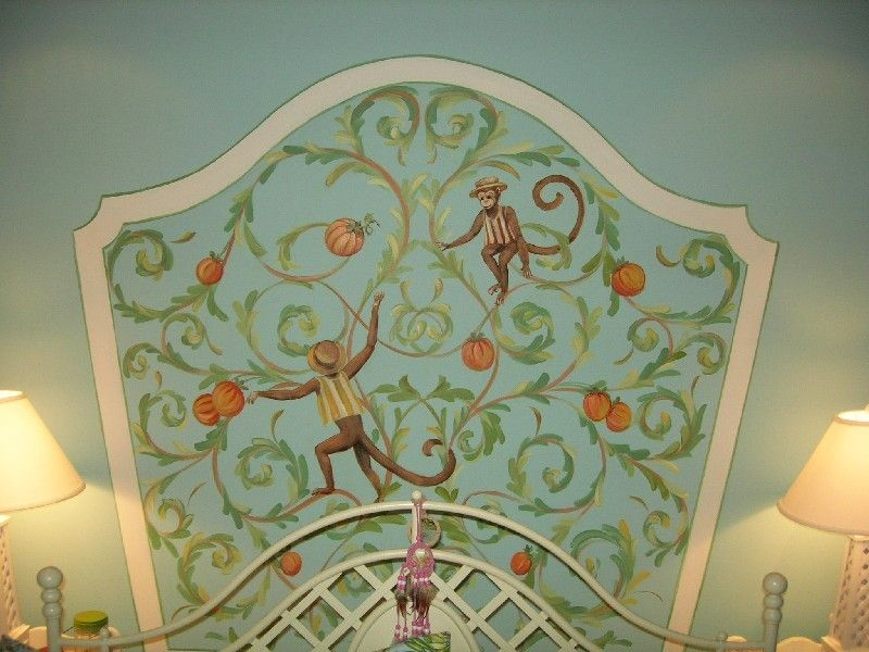 A painted headboard for a girlsroom, so nice!