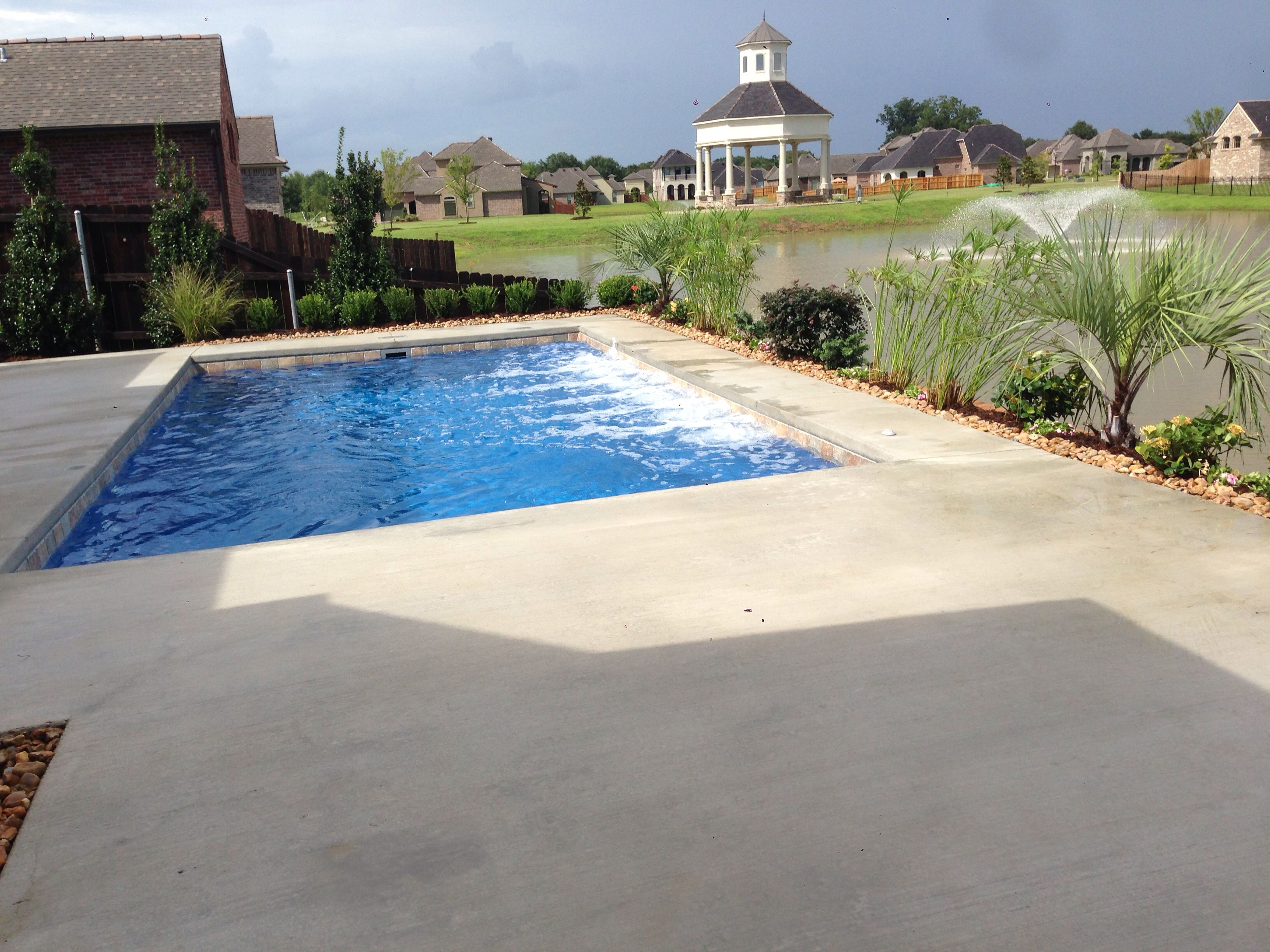 Fiberglass Pool Small Backyard Retaining Wall Cajun Pools Spas  ~ Piscinas Para Patios Pequeños Ideas
