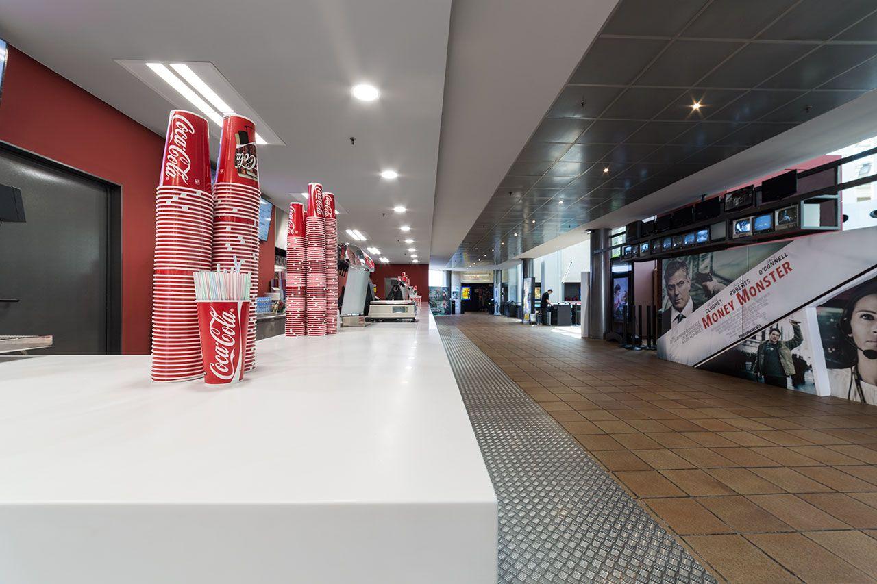 Si pensamos en un espacio de alto tránsito, es fácil que nos venga a la cabeza salas cinematográficas, por este motivo KRION® es el.. Solid Surface