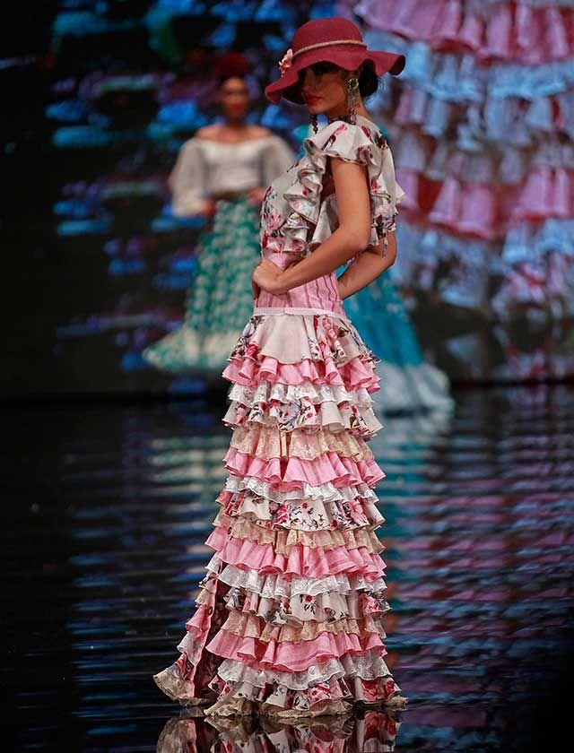 Con «El Corazón de la Tierra» la diseñadora tiene como objetivo dar a conocer Huelva, la esquinita marinera, donde el sol vive en la tierra en agüitas de acuarela… (Rocío Ruz / Raúl Doblado)