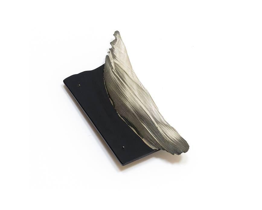 """Idar-OberSTEIN Campus - AGC Associazione Gioiello Contemporaneo: Alejandra Solar (M.F.A., 2014) selected for """"Cominelli Foundation Awards 2015"""" • Fondazione Cominelli, Via F. Santabona, Cisano di S.Felice / /Benaco, Italy Alejandra Solar (M.F.A., 2014) • Brooch from the series """"Luvina"""" • Onyx, graphite, resin, silver • 2014 • © photo by artist"""