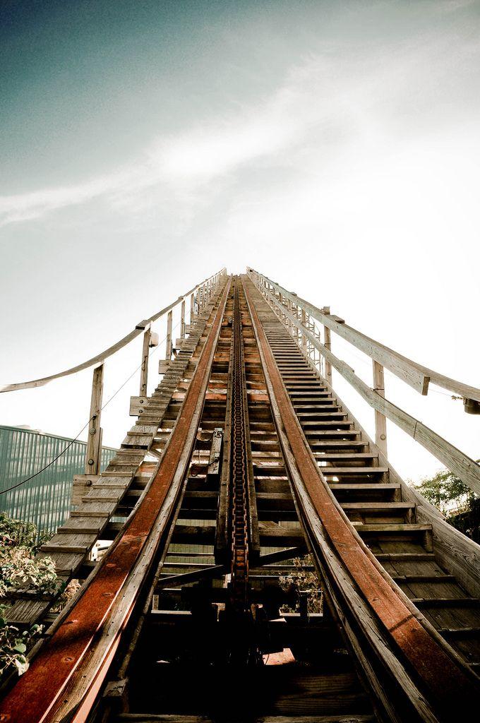 La montaña rusa... Justo la primera subida, esa que se hace eterna porque sabemos que cuando lleguemos arriba empieza la adrenalina de la velocidad y las bajadas!!! Me encanta sentir esas mariposas en el estomago!!! ;-P