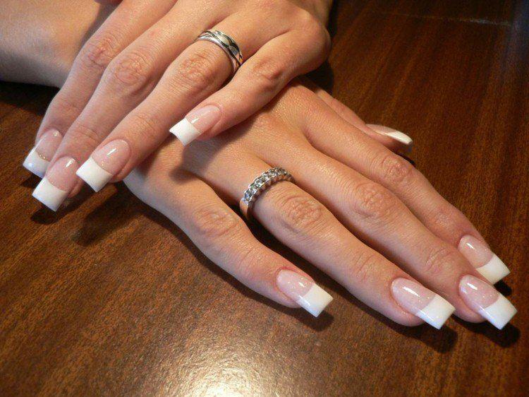 French manucure gel avec des bagues pour embellir les mains en été
