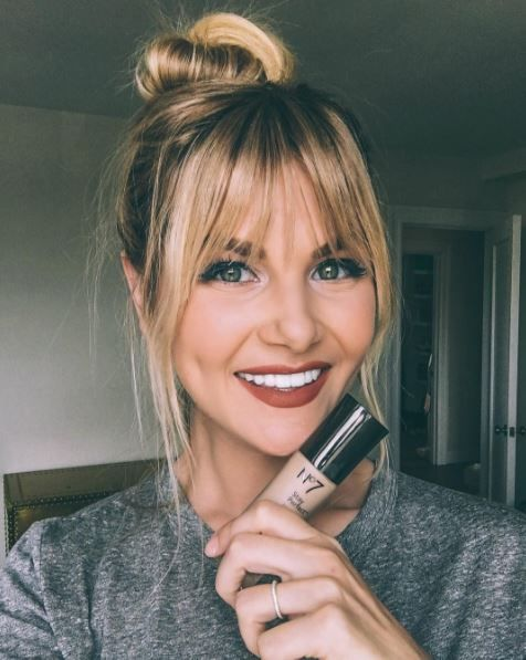 Cool I Want Her Bangs Lip Color Barefoot Blonde By Amber Fillerup Hair Styles Pony Hairstyles Long Hair With Bangs