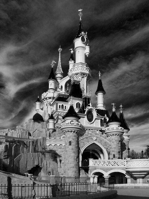 Disneyland Paris Black And White Sleeping Beauty Castle Dlrp Dlp Disney Le Chateau De La Belle Au Bois Dormant Chateau Disney Disneyland Noir Et Blanc