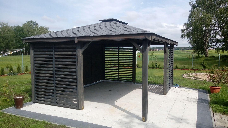 Drewniana Altana To Funkcjonalne Zadaszone Miejsce W Twoim Ogrodzie Ktore Swietnie Sie Sprawdza W Zimie I W Lecie Drewn Backyard Patio Outdoor Structures