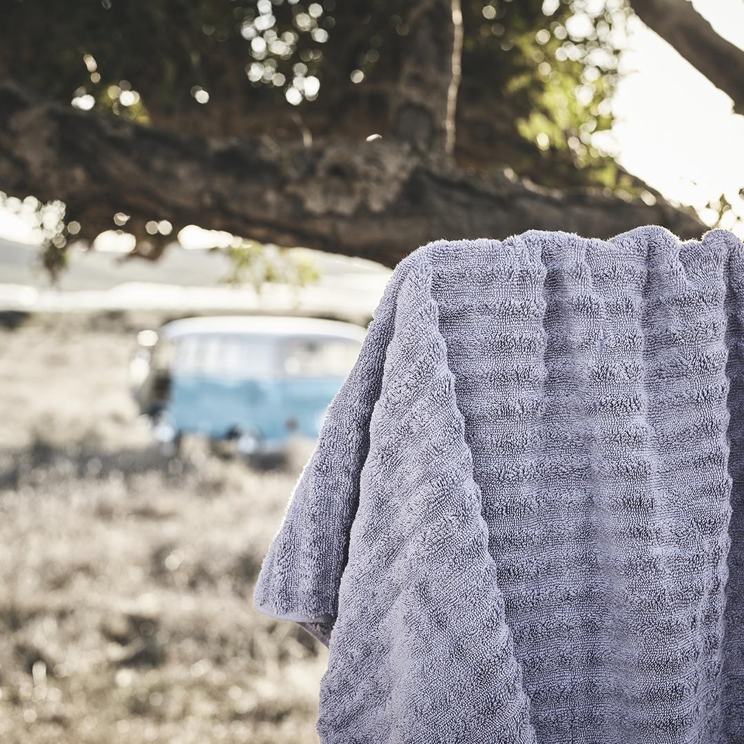 Νιώσε τις μαλακές κι αφράτες πετσέτες FLODALEN να αγκαλιάζουν το σώμα σου  μετά από κάθε δροσερό 40e3ca88d4c