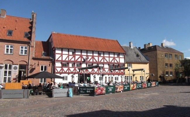 La ciudad Aalborg, situada al norte de la península de Jutlantia, es la cuarta ciudad en importancia de Dinamarca. Tiene la particularidad de...