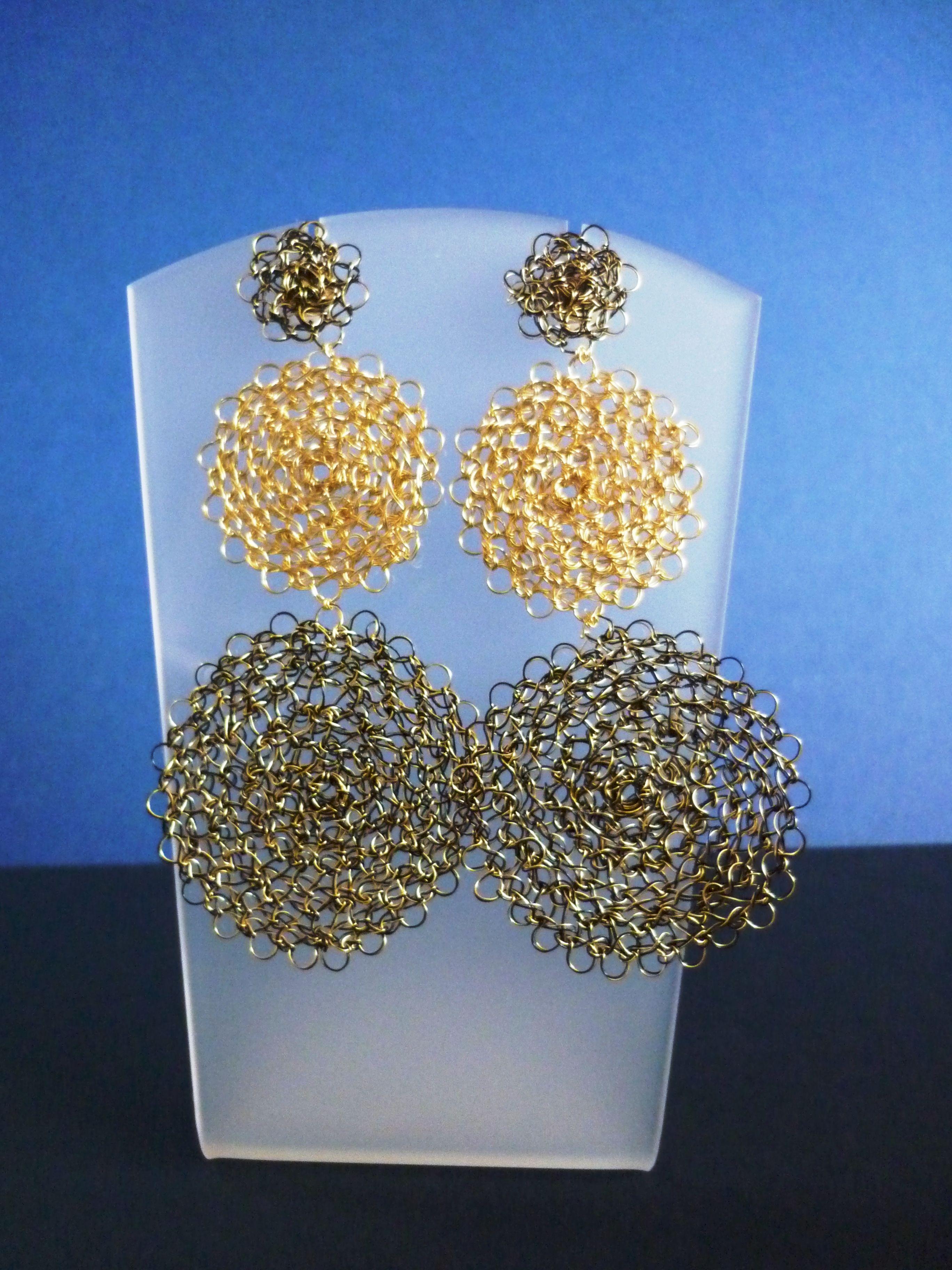 Aretes Tejidos en hilo de cobre dorado y negro | joyas | Pinterest