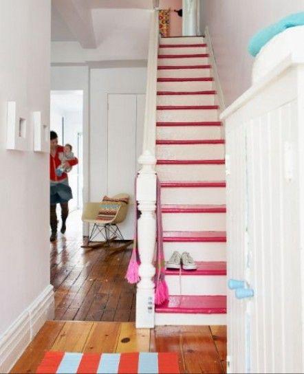 Rosa e bianco - Gradini rosa e bianchi per dipingere una scala interna in modo allegro.