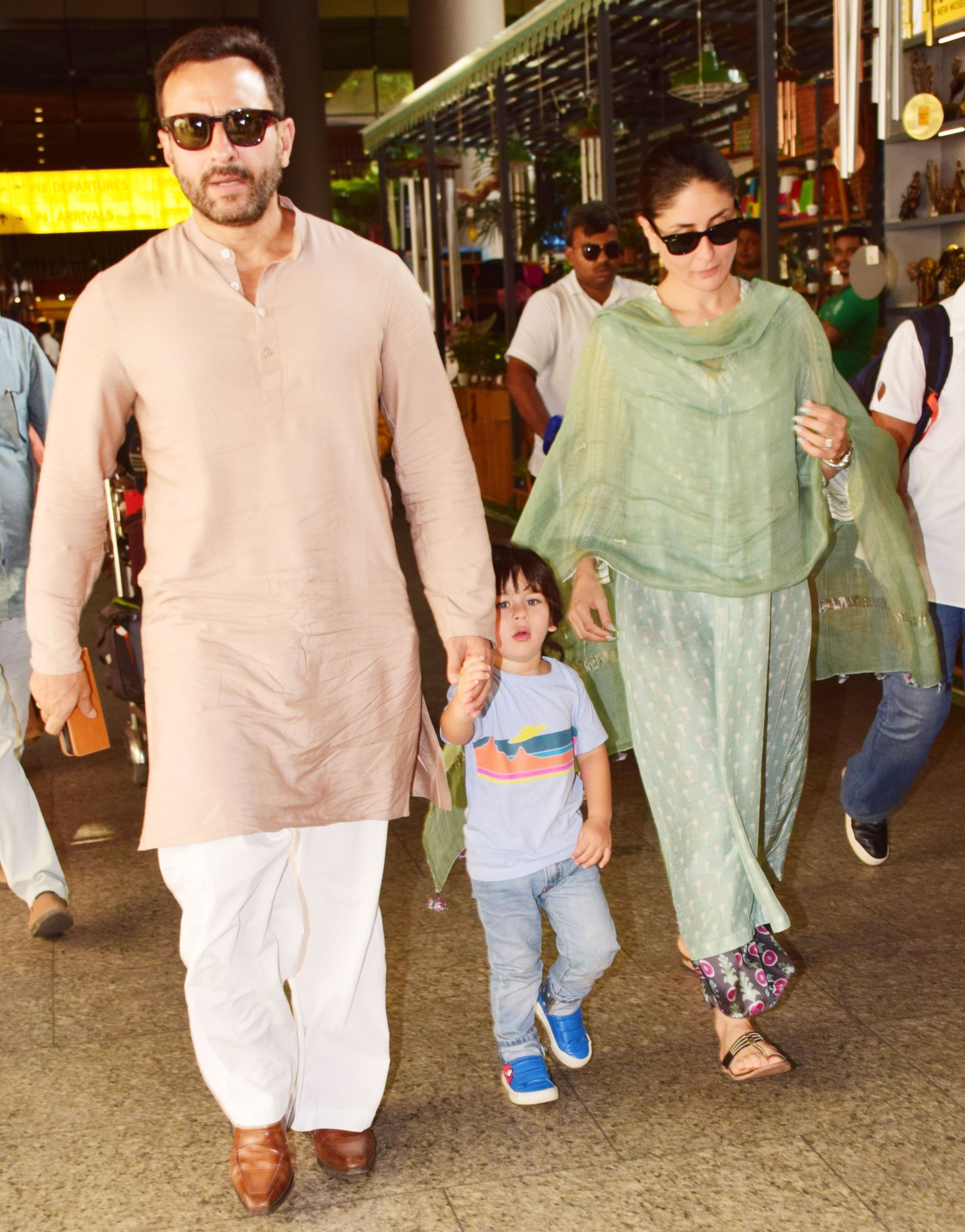 Kareena Kapoor Saif Ali Khan Return From Pataudi With Taimur