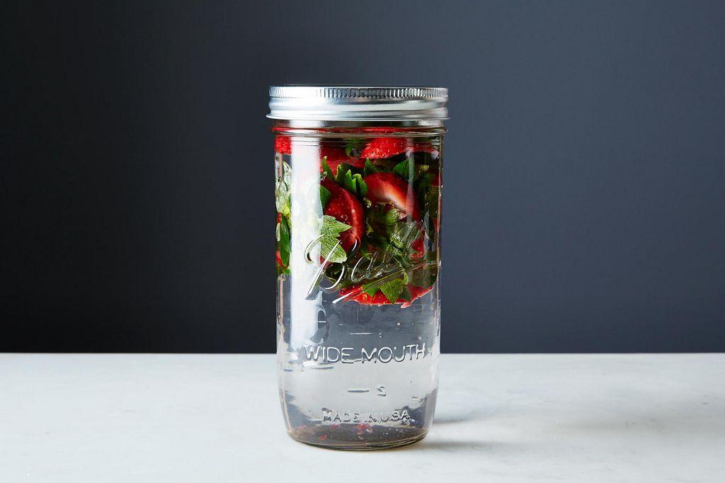 wat te doen met de kapjes van aardbeien? nou, limonade maken! strawberrytops lemonade van ediblemanhattan.com