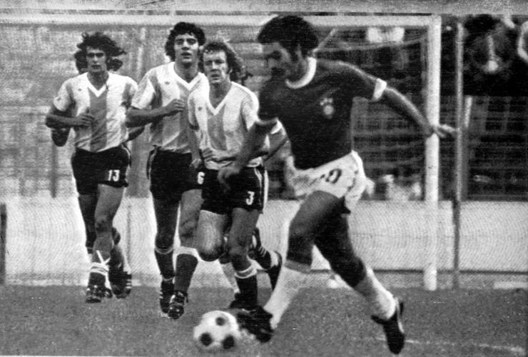 Copa de 1974 - Três argentinos observam a movimentação de Rivelino; Brasil venceu os rivais na segunda fase da Copa por 2 a 1