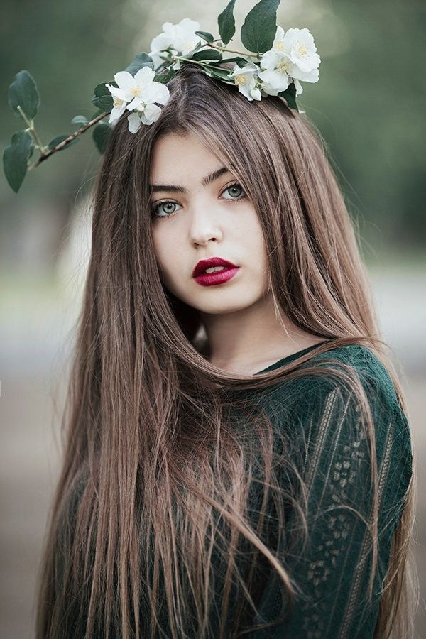 Девушки с длинными волосами и цветами