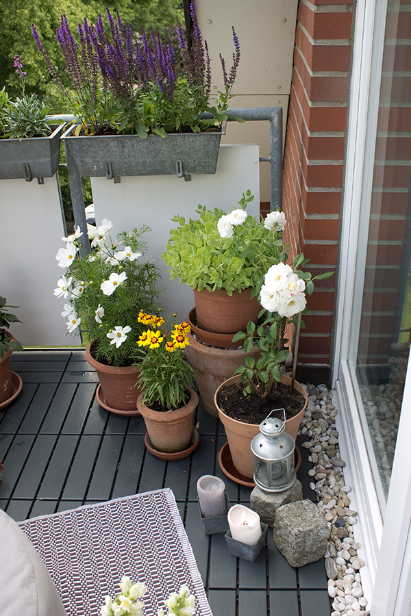 Der Balkon Wird Zum Wohnzimmer Im Freien Deshalb Sollte Es Hier Besonders Schon Sein Neben Der Passenden Balkonbepflanzung K Wohnklamotte Bepflanzung Wohnen