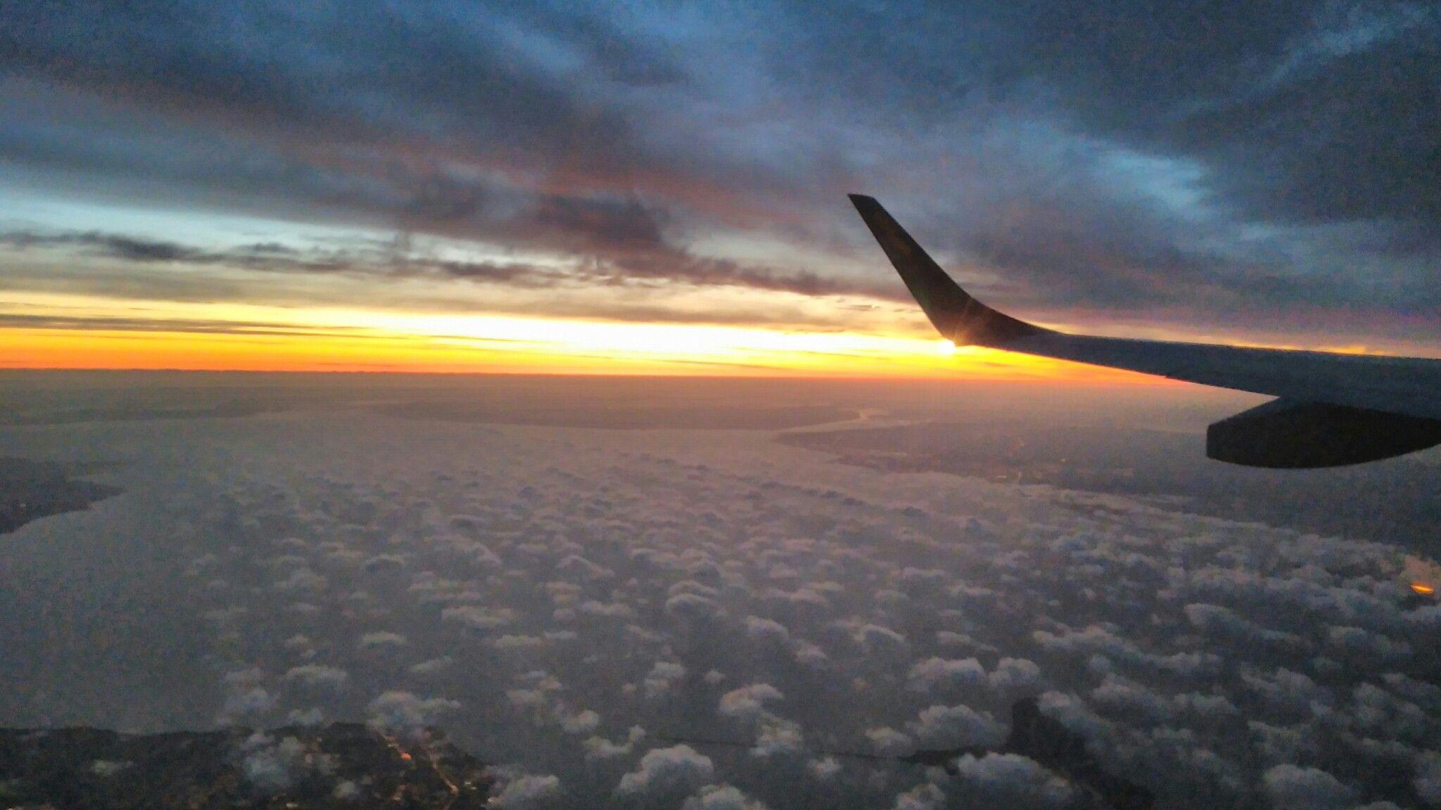 Восход солнца над Украиной на высоте 11 тыс метров.