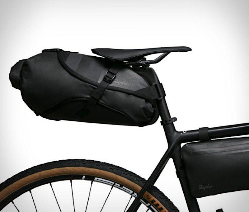 Die Praktischen Fahrradtaschen Von Rapha In 2020 Radfahren Radtasche Fahrradtasche