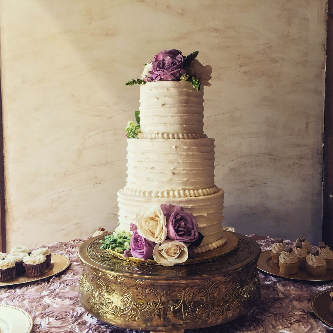 Fresh Flowers On The Wedding Cake Make It Pop Gold Accents By Cakeview Llc Venue Bella Rose Plantation In Lynchburg Va
