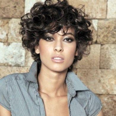 Coiffure cheveux courts bouclés femme http//lookvisage