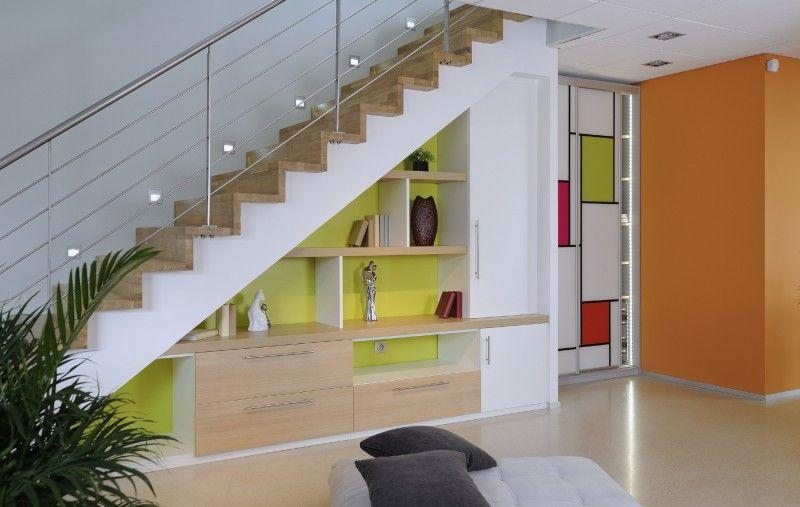 vous aimez le peps et la couleur cet am nagement de placard sous escalier devrait vous plaire. Black Bedroom Furniture Sets. Home Design Ideas
