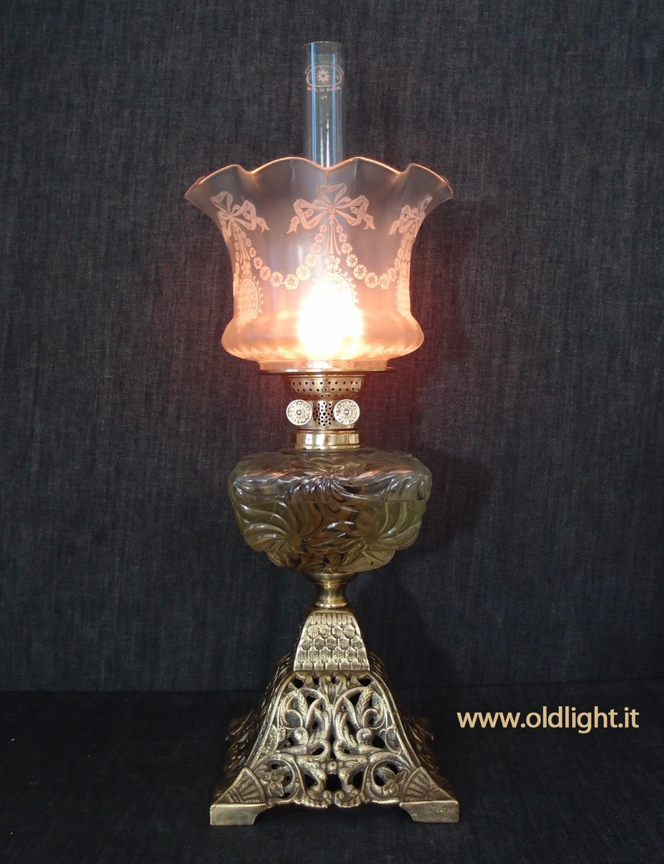 Lampada Da Tavolo Inglese Base In Fusione Di Ghisa Dorata Rarissimo Serbatoio Quadrato In Cristallo Prodotto Dalle Crist Swag Lamp Oil Lamps Lamp Light