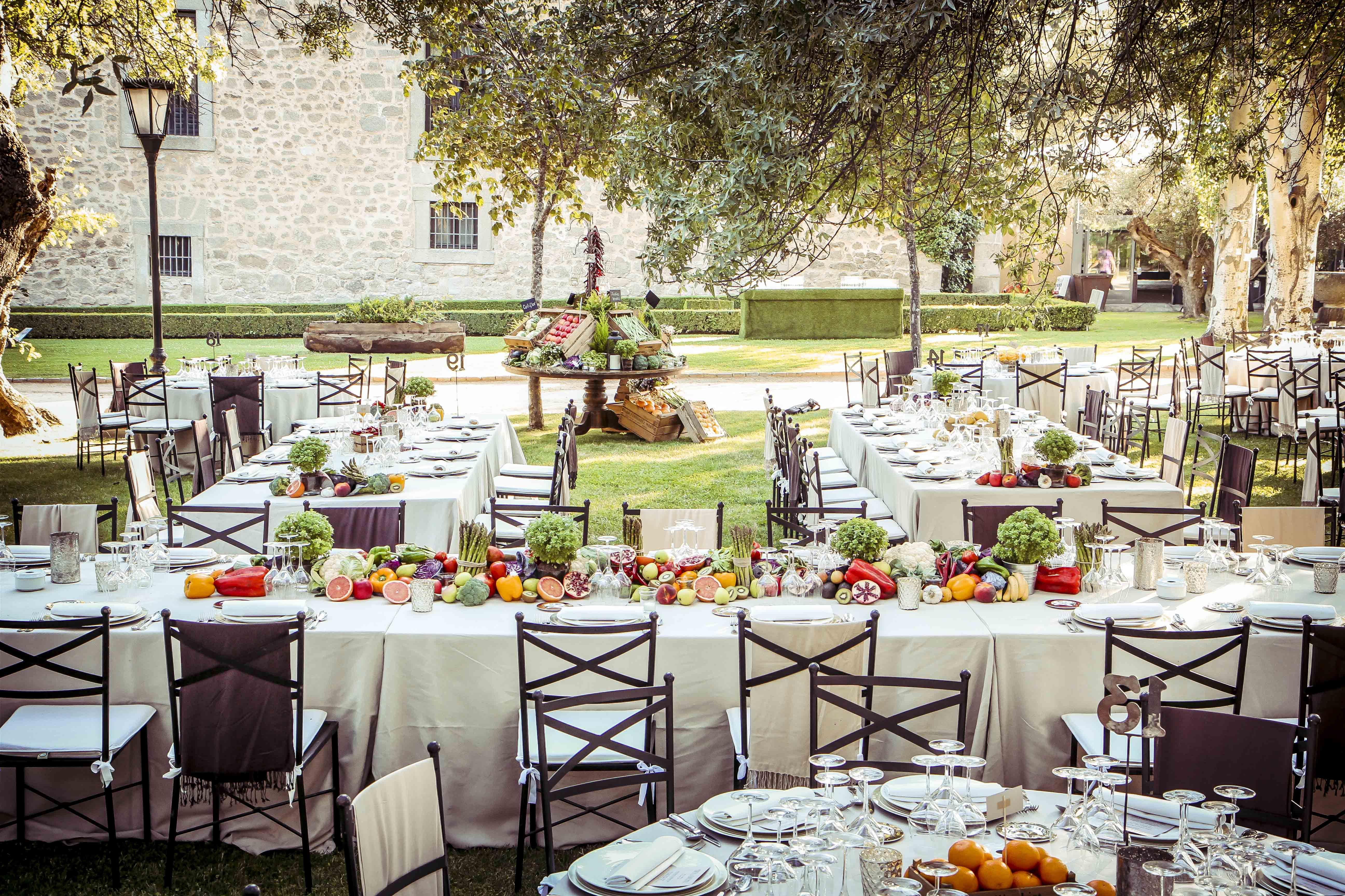 Boda en el jard n con mesas imperiales decorada con frutas y