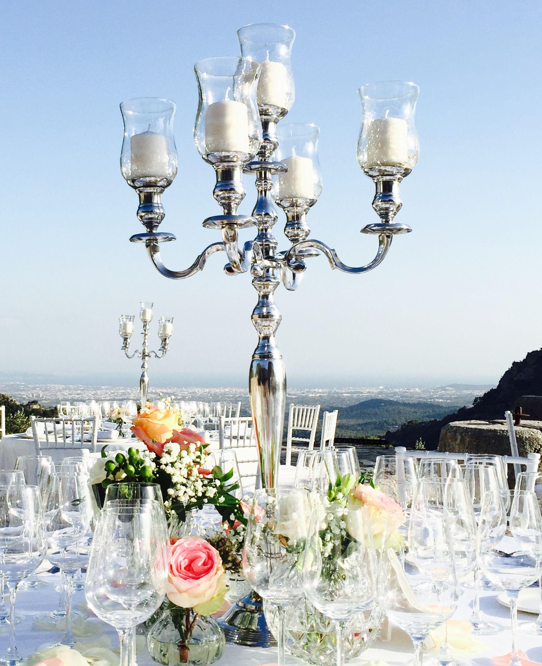 Hoher Kerzenleuchter Mit Glaseinsatzen Und Dicken Stumpenkerzen
