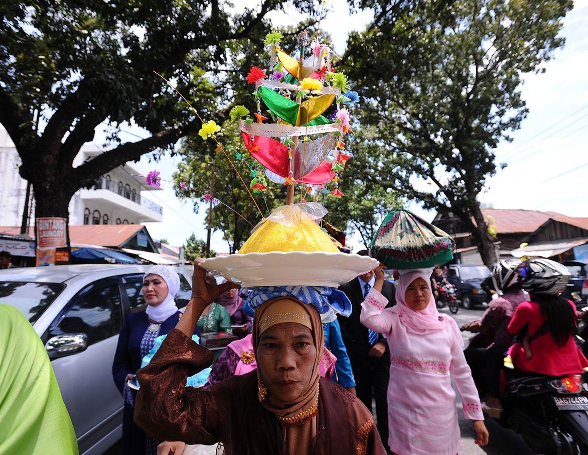 Pernikahan merupakan sebuah ikrar janji suci antara dua insan manusia, laki-laki dan perempuan. Pernikahan berarti memasuki sebuah babak kehidupan yang hakiki.Setiap suku daerah yang ada di Indonesia memiliki keragaman dan kekhasan yang khusus. Salah satu nya adalah pernikahan adat tradisi Minangkabau.