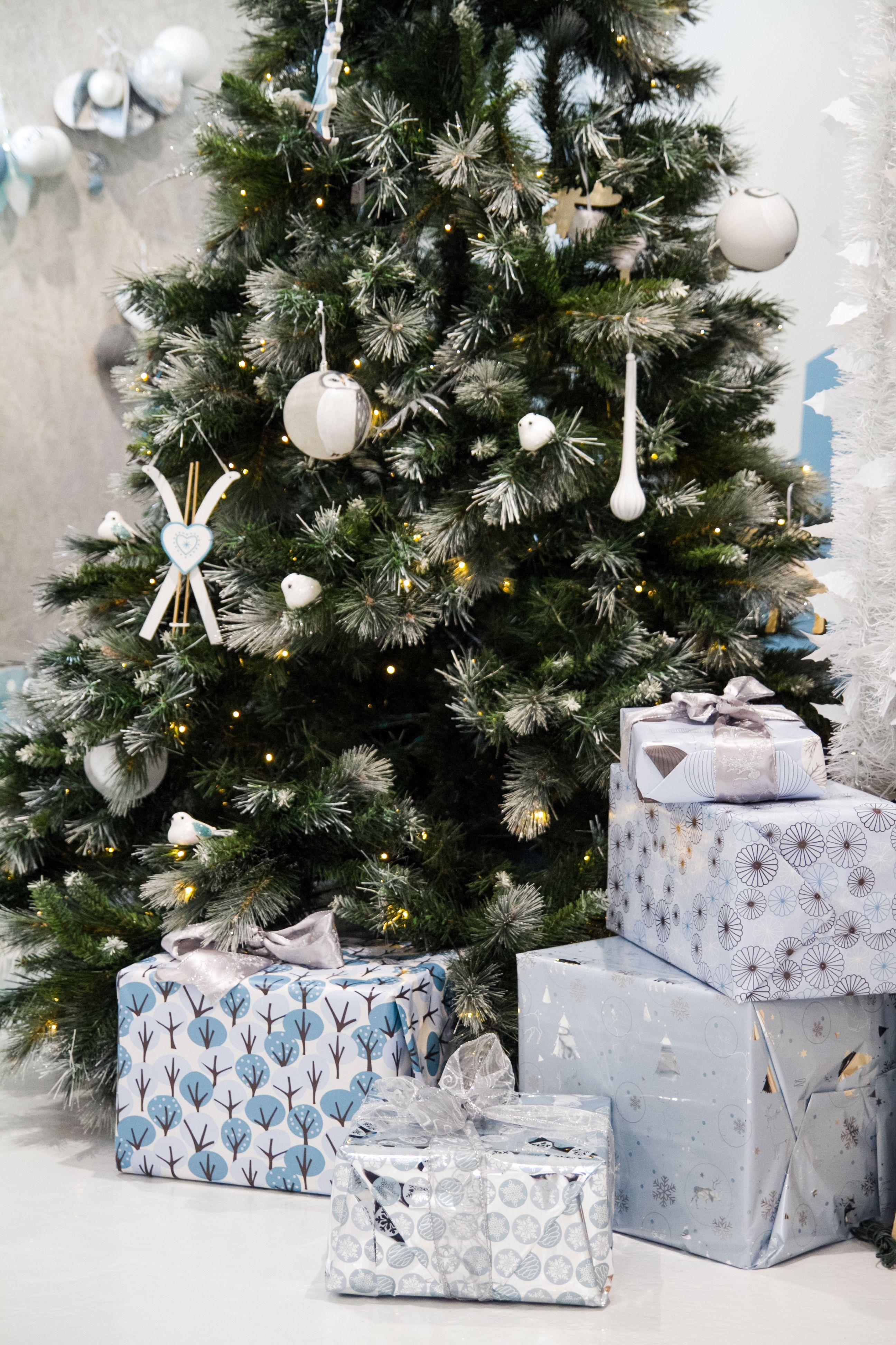 Mon beau sapin et le papier cadeaux de Noël argenté avec des
