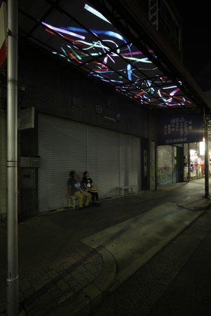 ribbon   2010 商店の庇に2チャンネル・ビデオプロジェクション、サイレント、「あいちトリエンナーレ2010」での展示 / Nobuhiro shimura