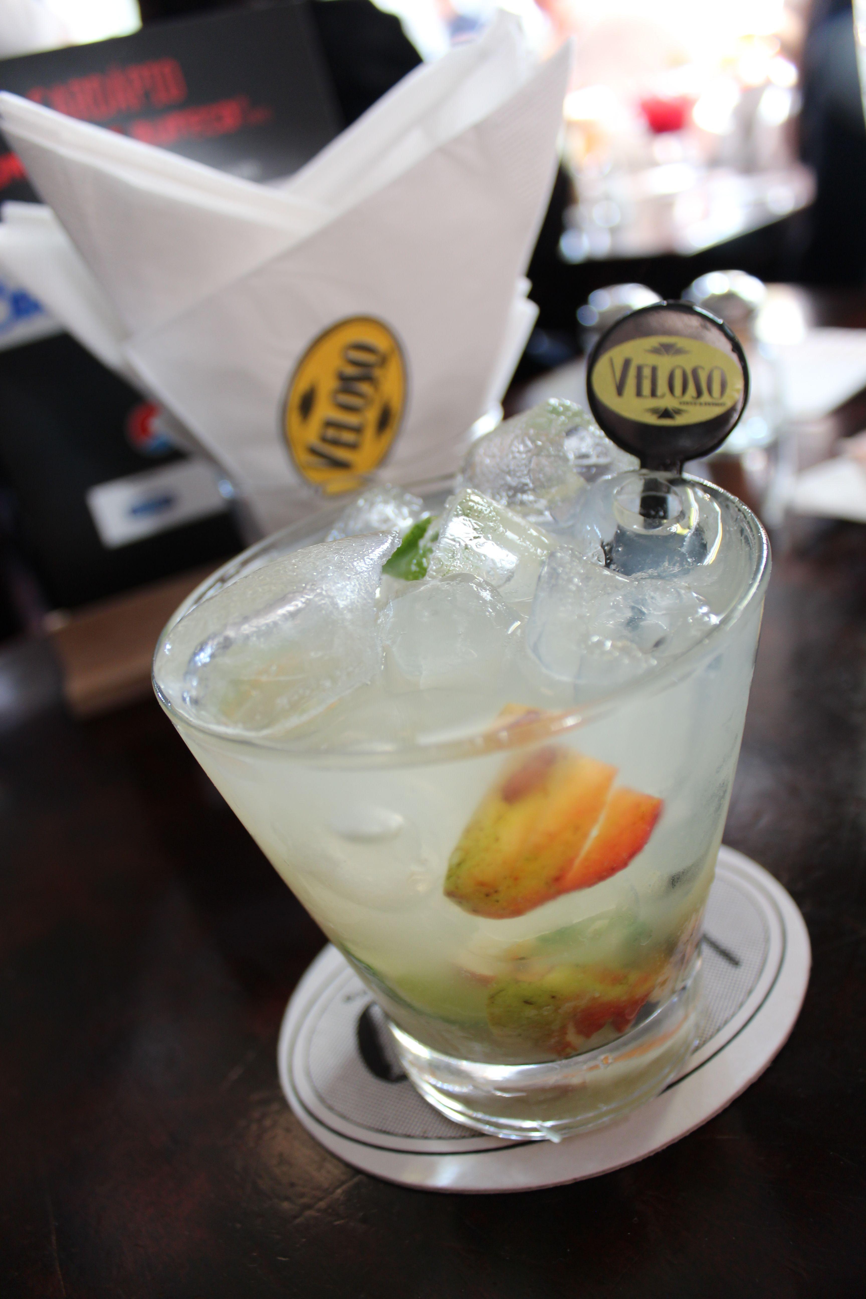 Caipirinha de Caju com Limão preparada pelo Barman Souza no Veloso na Vila Mariana em São Paulo-SP