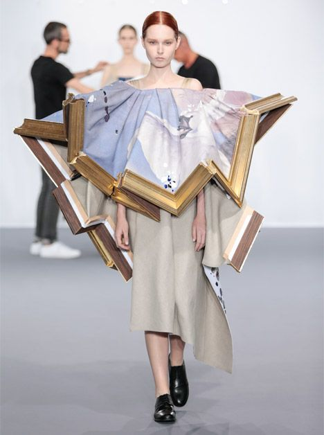 Dutch Fashion Designers Viktor Rolf Transformed Broken Picture Frames Filled With Fabric Into Haute Couture Gown Wearable Art Cubism Fashion Fashion Painting