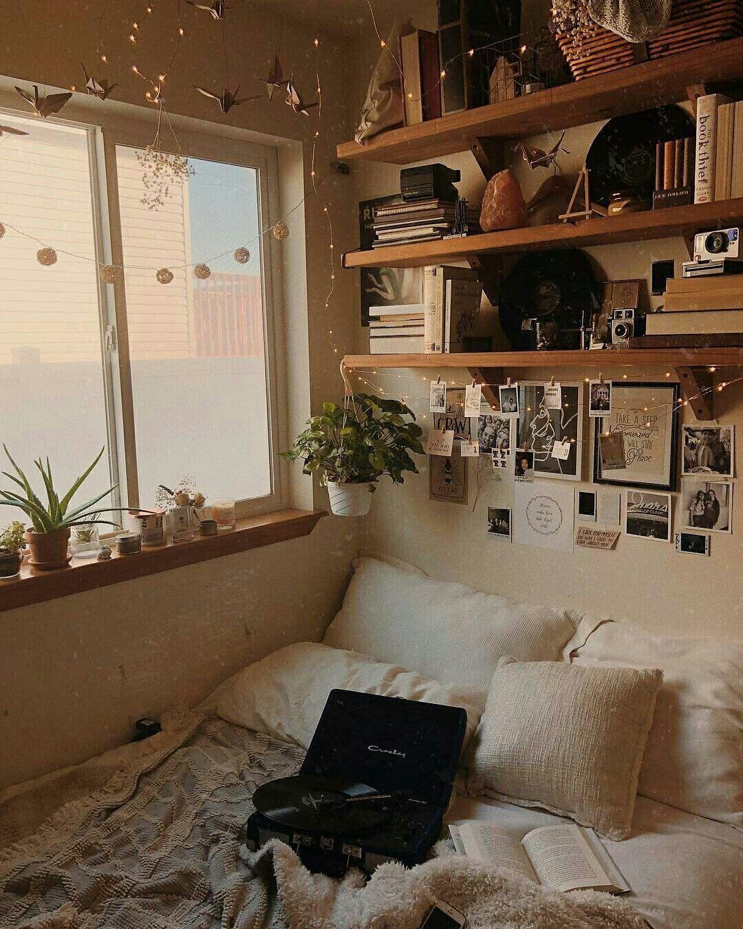 Quarto com prateleiras em cima da cama urbanoutfitters quarto ...