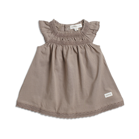 Ärmlös klänning från Newbie. Dekorativ brodyr samt smock