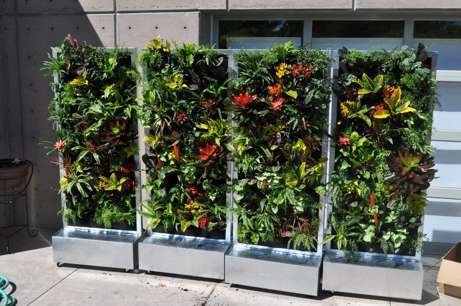 Movable plants on walls vertical gardens mobile moveable for Vertical garden wall systems