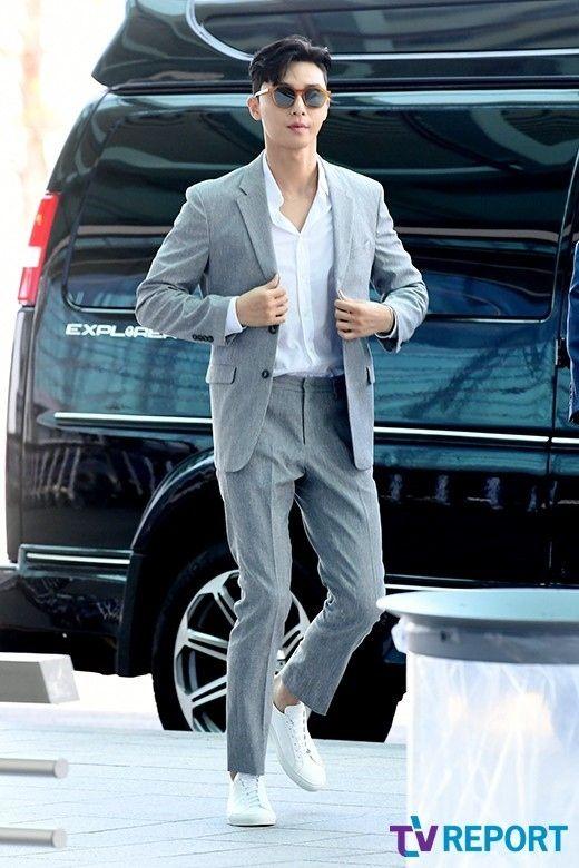 【PHOTO】パク・ソジュン、広告撮影のためイギリスへ出国…オーラ溢れるスーツ姿 - Kstyle