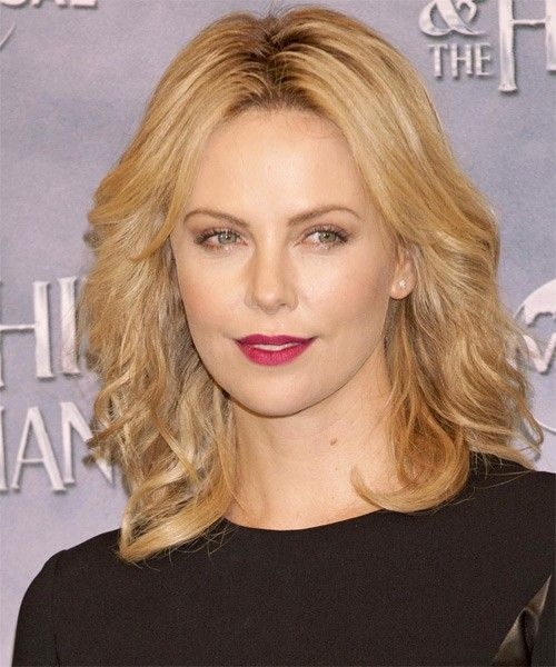 Charlize Theron Casual Medium Wavy Hairstyle The Celebrity Hairstyles For Women Haircuts Frisuren Coole Frisuren Promi Kurze Haare