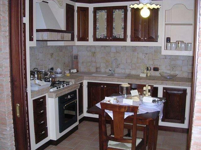 Cucina rustica finta muratura in legno di castagno massello ...