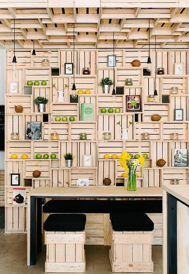 un comercio decorado con cajas muchas cajas