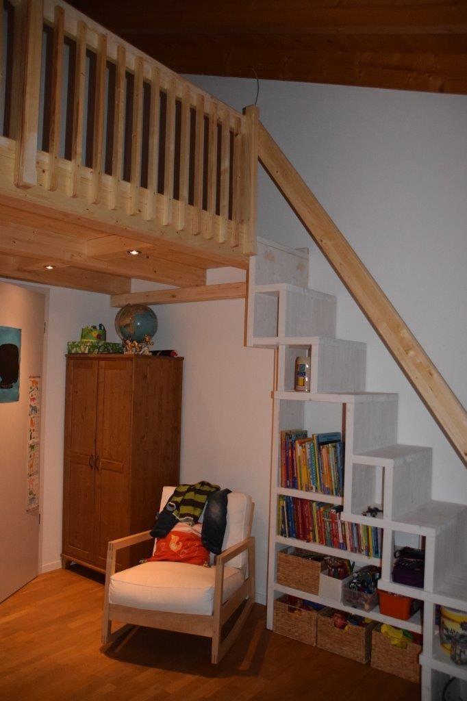 integriertes regal bei der treppe zur galerie bilder von holzbau ellwanger treppe holzbau. Black Bedroom Furniture Sets. Home Design Ideas