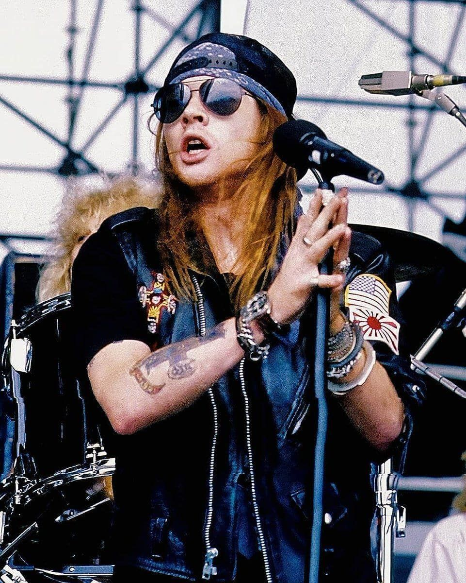 🇺🇸 Axl Rose in performance at the Castle Donington Festival in England on August 20th 1988, he has such beautiful hair 🌹 🇧🇷 Axl Rose em…