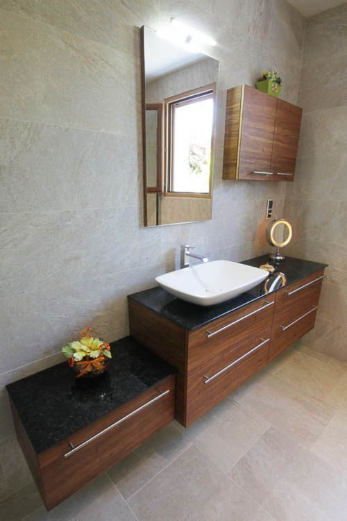 Un meuble original en décalé avec un plan en verre, une vasque ...