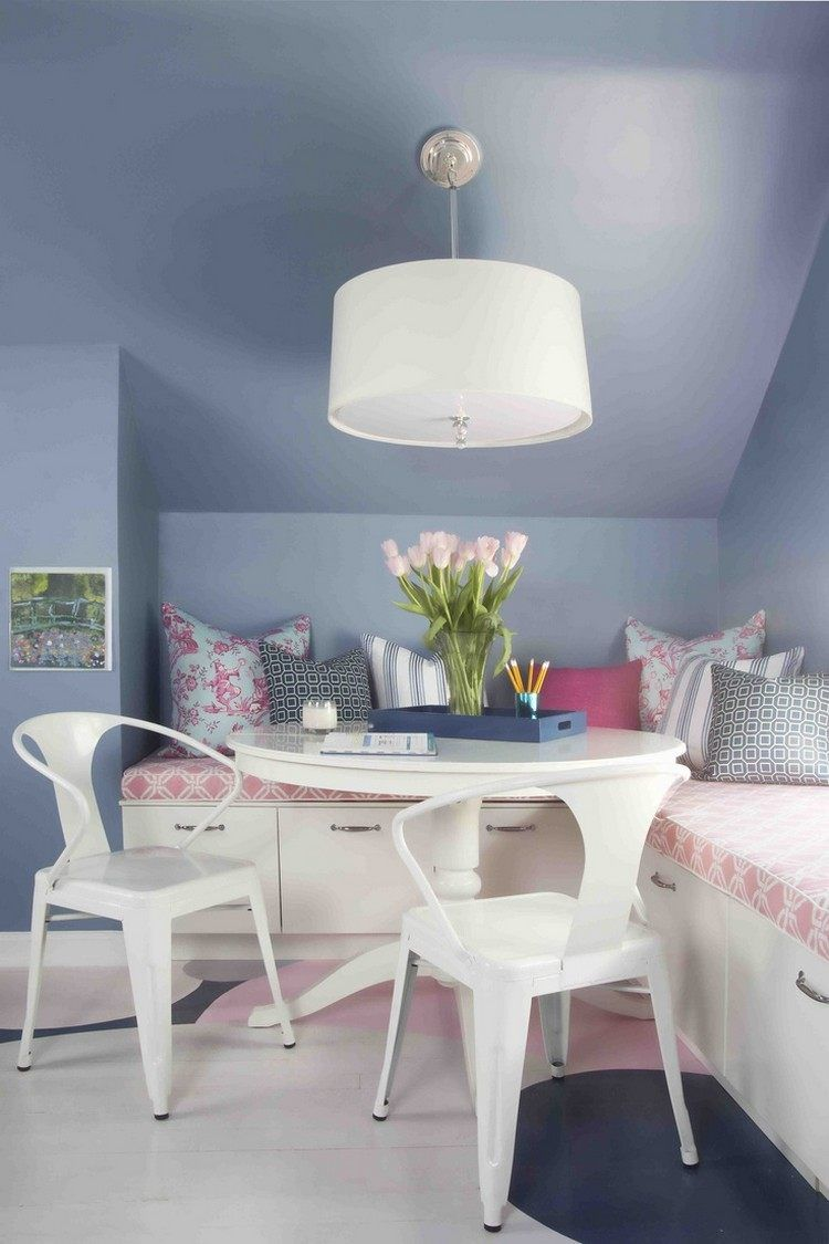 Flieder Wandfarbe, weiße Eckbank mit stauraum und rosa Akzente ...