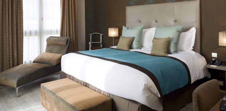 Suite avec lit king size à l\'Hotel Pullman Château de Versailles ...