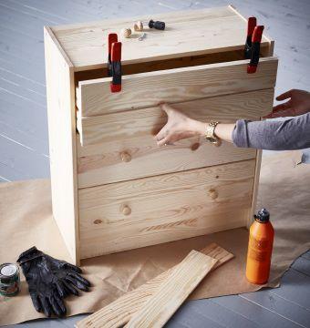 Décoratrice en train de relooker une commode 3 tiroirs IKEA RAST
