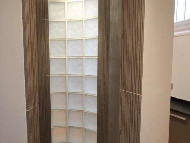 douche avec un grand mur en briques de verre opaques pour apporter de la lumi re tout en. Black Bedroom Furniture Sets. Home Design Ideas