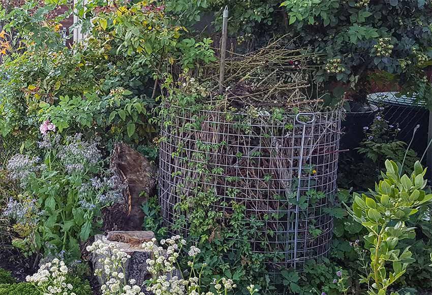 Ein Drahtkomposter Und Viel Totholz Tolles Naturprojekt Fur Kleinste Garten Liga Vogelschutz In 2020 Kompost Kleiner Garten Garten