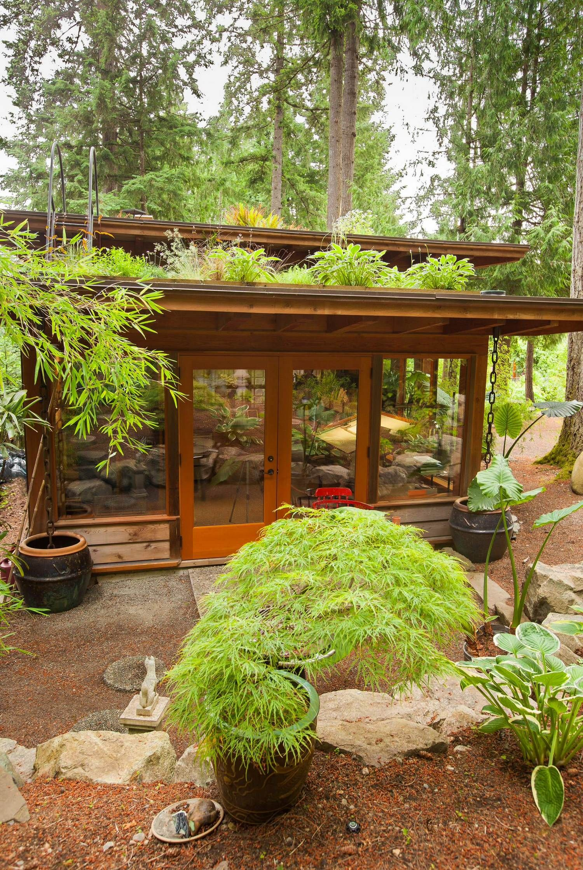 Ultra Green Modern House Design With Japanese Vibe In Vancouver: Офис дизайнерской студии с зеленой крышей и патио зоной